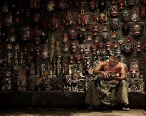 Балийские маски - это интерьерные шедевры, вырезанные из дерева вручную